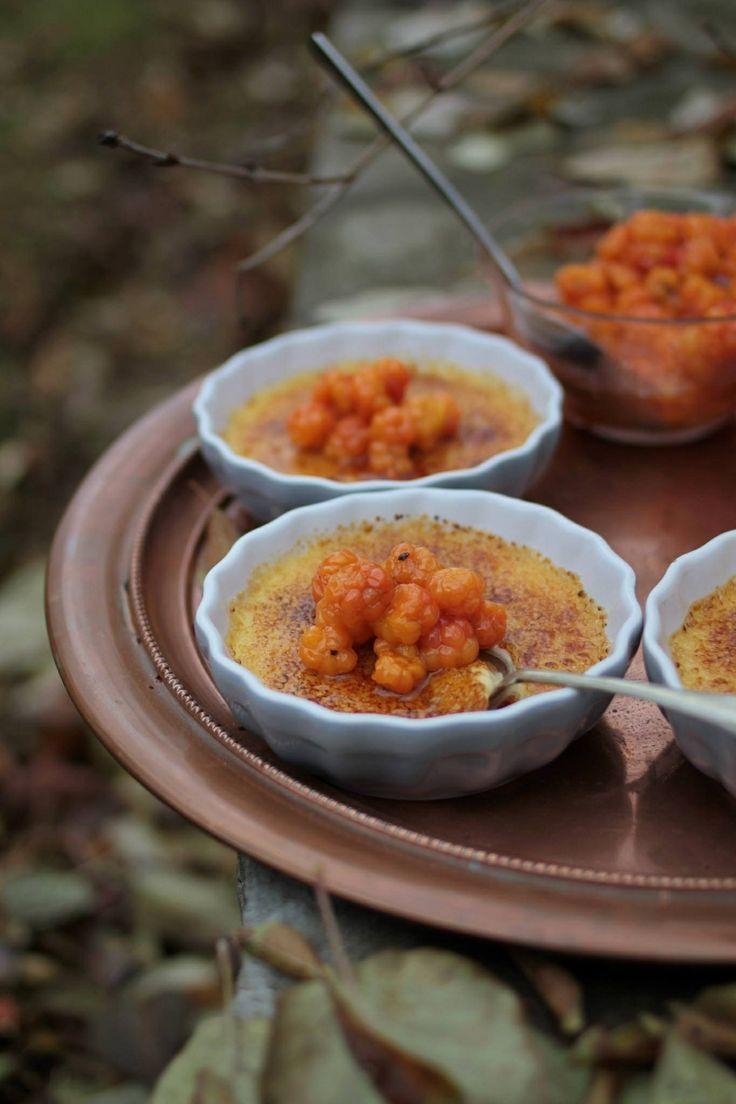 Creme brulé snaksatt med wisky och messmör och toppad med rårörda hjortron.