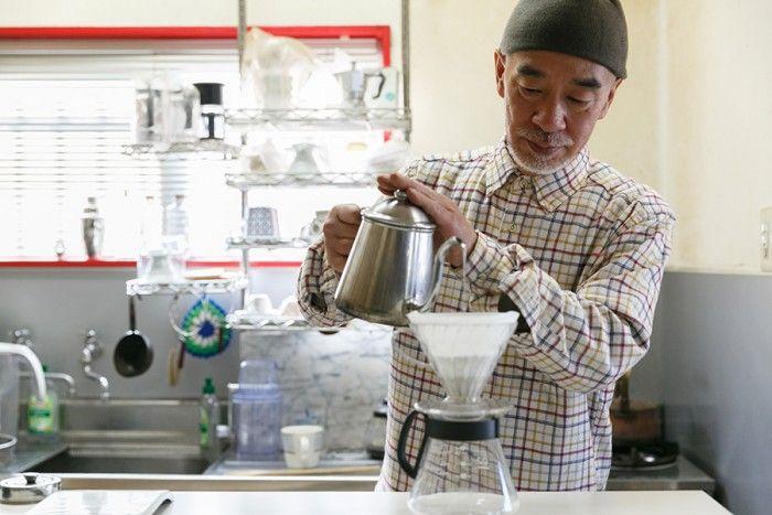 ていねいにコーヒーを淹れる。「カフェじゃないからコーヒーは売れないけれど、豆を買ってくれたお客様に一杯飲んでいってもらうこともあります」。