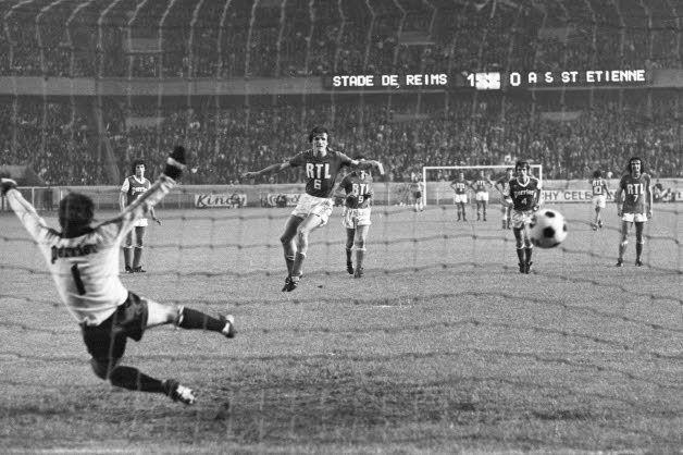 Dominique Bathenay égalise contre le Stade de Reims (1-1) en finale de la coupe de France 1977. Les Verts vont finir par l'emporter (2-1).