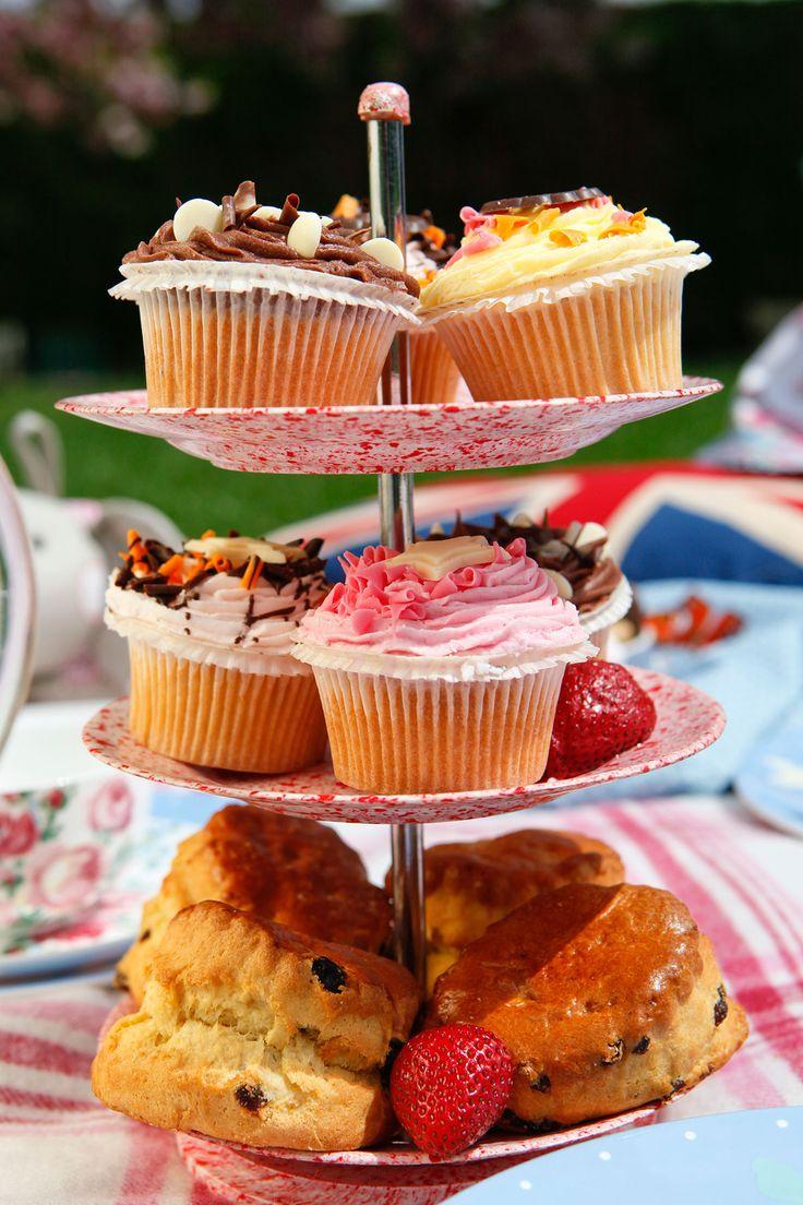Getty Images王室直属の「ロイヤル・コレクション・トラスト」からレシピ本『Royal Teas: Seasonal Recipes from Buckingham Palace』が発売される。レシピを監修したのは、さまざまな公式行事のケータリングにも携わり、多くのゲストをもてなした実績をもつ、王室ヘッドシェフのマーク・フラナガンさんとペストリー担当のキャサリン・カスバートソンさん。エリザベス女王主催のガーデンパーティや英国式アフタヌーンティーからアイデアを得たという今回は、キャロットケーキやヴィクトリアスポンジケーキ、カルダモン&オレンジのショートケーキ、サマーベリータルトレットなど40種類のセイボリーやスイーツを紹介。Getty…