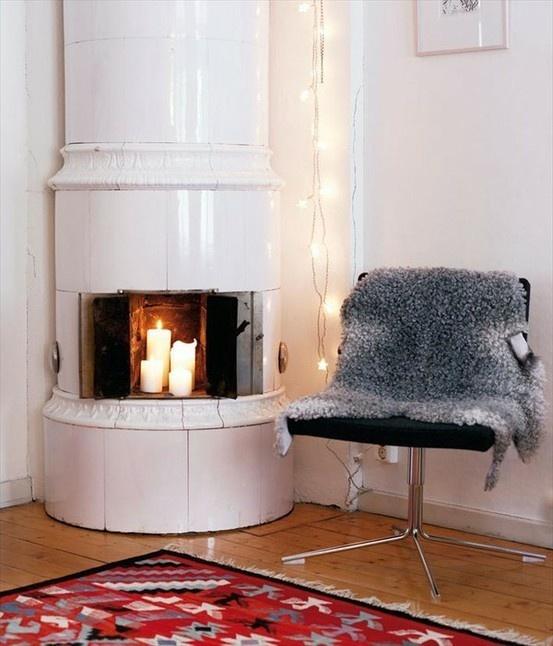I love Swedish fireplaces: Sweet Fireplaces, Swedish Fireplaces, Ceramics Fireplaces, Fairies Lights, Fireplaces Hearth, Corner Fireplaces, Candles Fire, Unusual Fireplaces, Wood Stove
