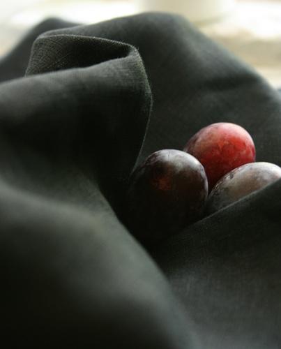 Tre susine sul lino by PuroLino.it, via Flickr