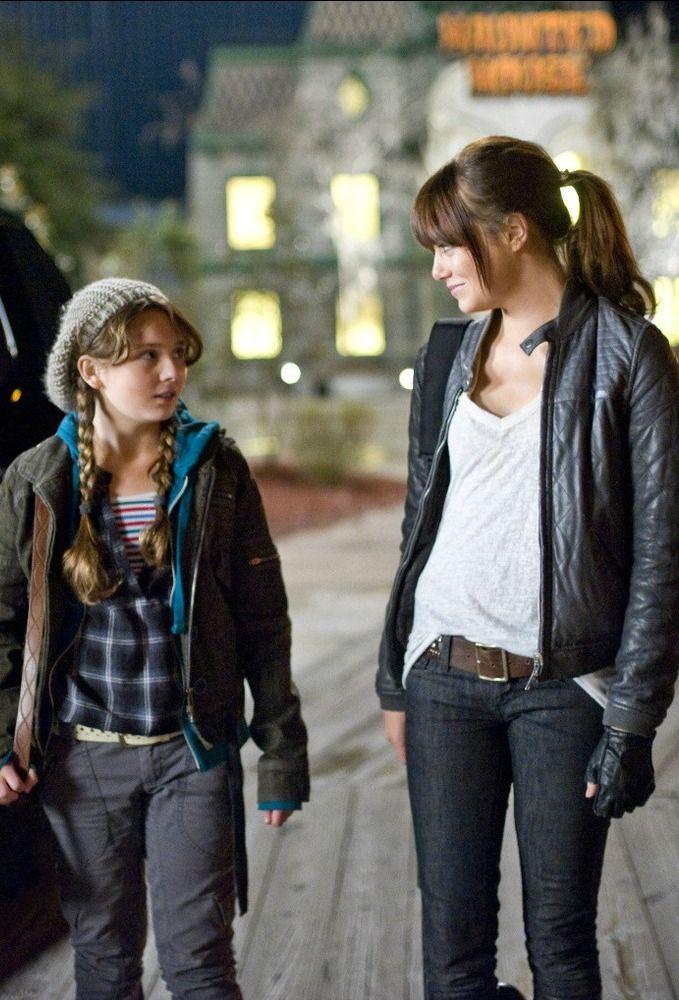 Abigail Breslin and Emma Stone in Zombieland (2009)
