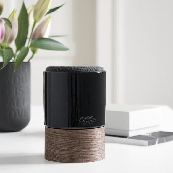 This decorative Kähler speaker challenges ceramic and stands out as a decorative functional object where materials and textures meet and a lively interplay emerges.