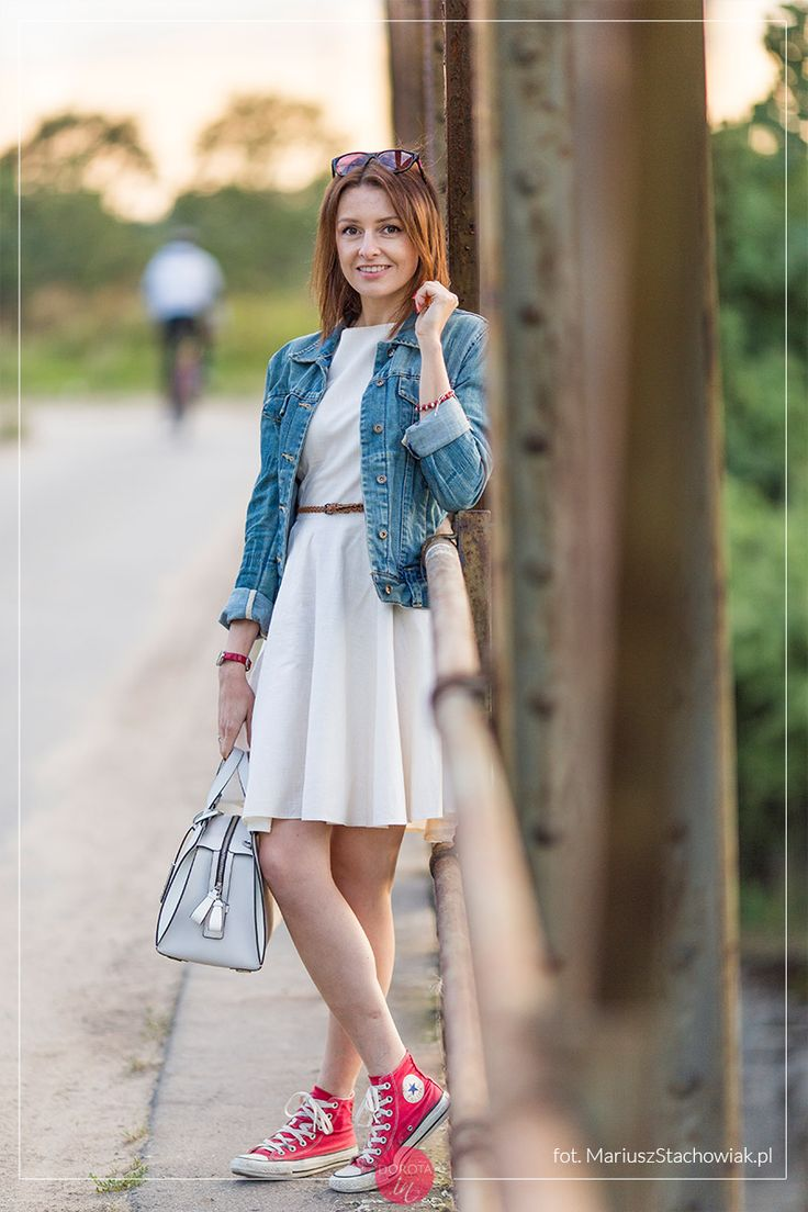 Biała sukienka, dżinsowa kurtka, czerwone trampki i biała torebka - stylizacja na luzie.    http://dorota.in/biala-sukienka-dzinsowa-kurtka-stylizacja-sposoby/  #moda #fashion #style #styl #outfit #outfitideas #blogger
