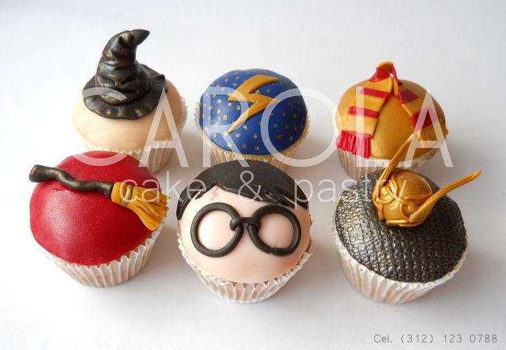 Harry Potter cupcakes:  Hogwarts, Snitch dorada, Quidditch, Gryffindor... Si sabes lo que esto significa, entonces estos cupcakes son ideales para ti! Fantásticos cupcakes con diseños inspirados en los libros de Harry Potter. Estas creaciones de fondant sacarán al mago que llevas dentro.