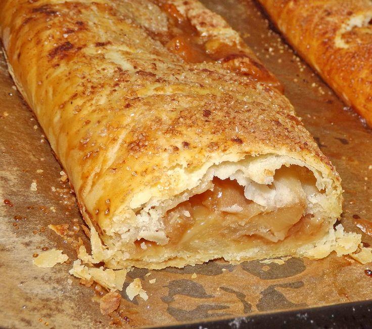 Reteta culinara Strudel din aluat de casa, cu mere, pere si caramel din categoria Prajituri. Cum sa faci Strudel din aluat de casa, cu mere, pere si caramel