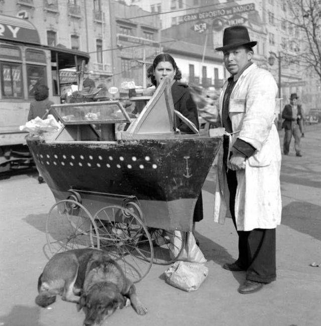 Matrimonio con su buque manicero y perrito en el bandejón central de la Alameda de Santiago en 1941. Chile