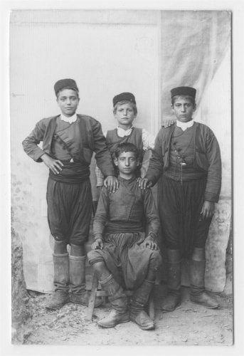 Παιδιά με παραδοσιακές ενδυμασίες. Κρήτη Στέφανος Φιωτάκης