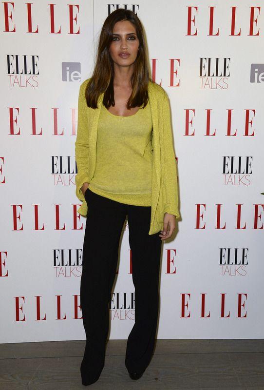 Sara Carbonero apostó por un look con chaqueta y top en amarillo de Zadig & Voltaire más pantalones negros de Zara