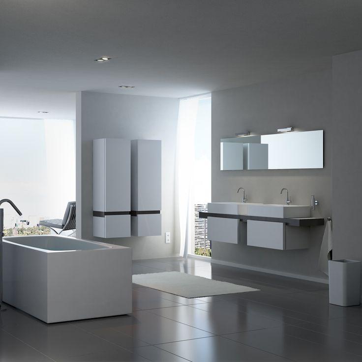 Clou - Match Me badkamer met meubel met lade, hangtoilet, wastafel, badkamer meubel, dubbele kolomkast en extra brede spiegel voorzien van badkamerverlichting. Het vrijstaand bad is gemaakt van wit acryl.