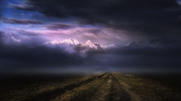 luz de sol paisaje montañas oscuro puesta de sol naturaleza cielo Nubes amanecer tormenta Pico nevado noche Mañana niebla camino de tierra horizonte atmósfera oscuridad trueno ligero nube clima amanecer tormenta oscuridad Fenómeno atmosférico Fenómeno meteorológico