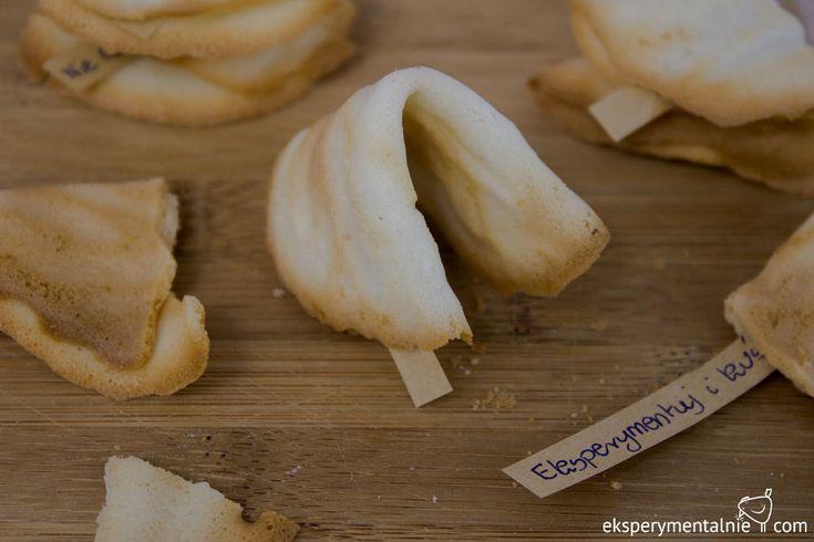 Fortune cookies, czyli chińskie ciasteczka szczęścia, a jeszcze prościej ciasteczka z wróżbą. Zrobione są one z mąki, białek i cukru i są niezwykle...