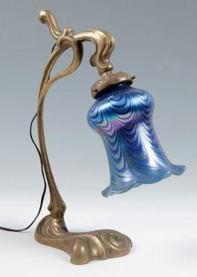 Lámpara Jugendstil de LOETZ; Bohemia, hacia 1910.Vidrio iridiscente y metal. …