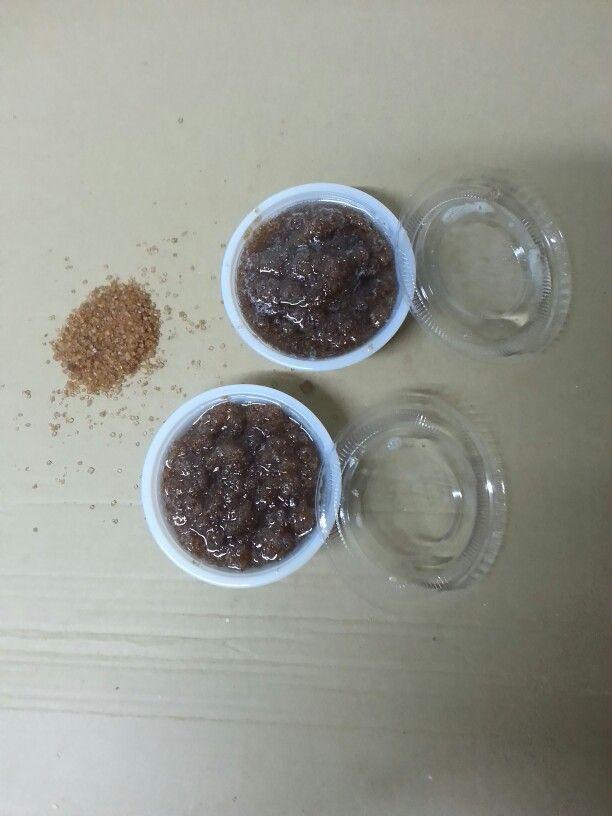 Exfoliante corporal con azúcar moreno,  sal marina, aceite de coco, aceite de almendras dulces y aceite esencial de menta.