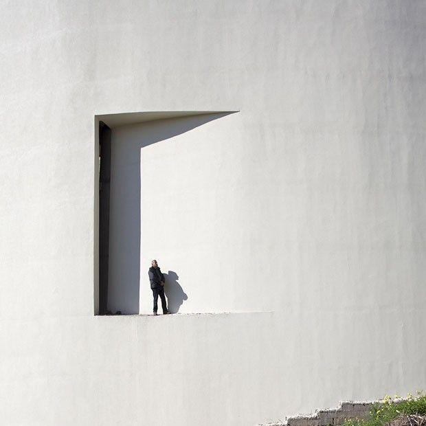 Advogado atuante, o libanês Serge Najjar aprimorou, nas horas vagas, uma forma particular de registrar a selva de concreto das cidades. Através das suas lentes, formas e sombras de prédios dão luz a imagens curiosas. Confira, clicando na foto, uma entrevista exclusiva com o fotógrafo! just now