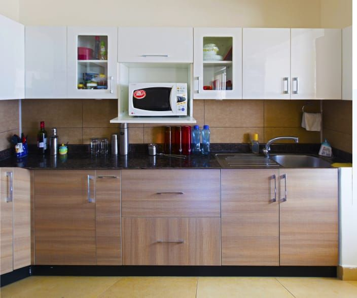 Brown And White Modular Kitchen With Black Counter Top Modularkitchen Kitchen Colour Combination Modular Kitchen Cabinets Kitchen Cabinets Color Combination