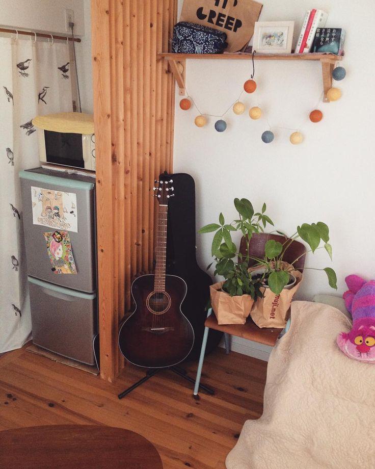 ギターケースの置き場に困る。ギターの後ろに置いたけど妙な圧迫感。    #mygoodroom #緑のある暮らし #緑のある生活 #グリーンのある暮らし #観葉植物 #ひとり暮らし #断捨離をしたい#ギター