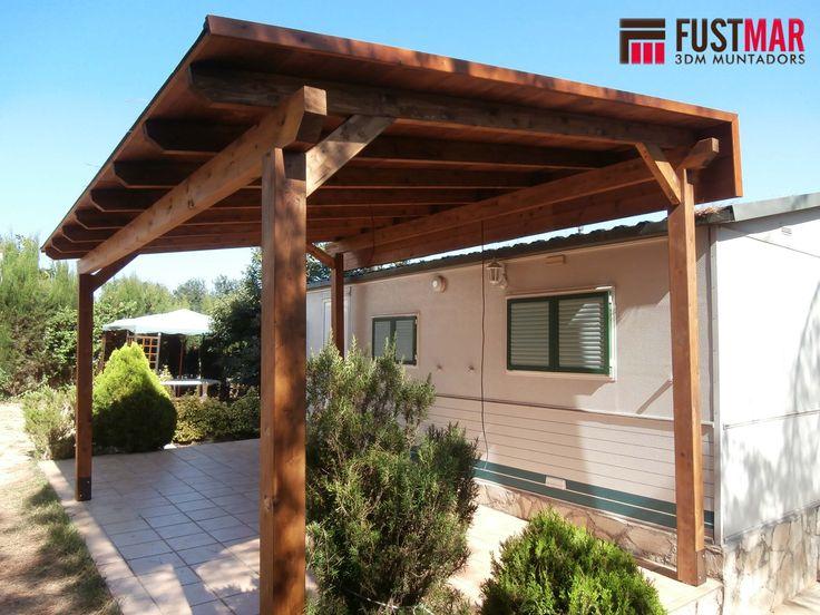 pergola de madera de abeto laminado lasurado en color nogal con techo de madera