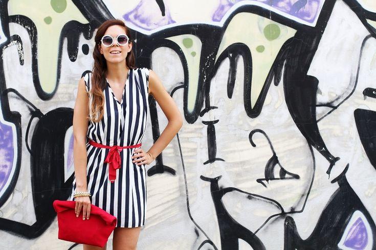 tendenze estate 2013 | graffiti | murales | righe | occhiali da sole tondi | borsa celine | vangle | borsa rossa | outfit | look | fashion blogger | it girl
