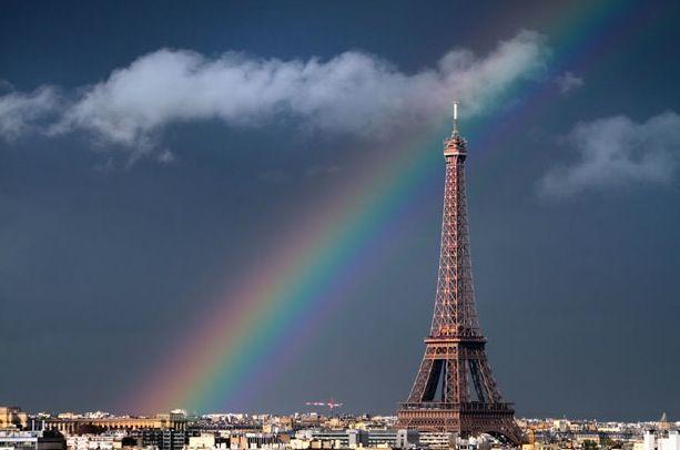 arc en ciel sur la tour Eiffel, à Paris
