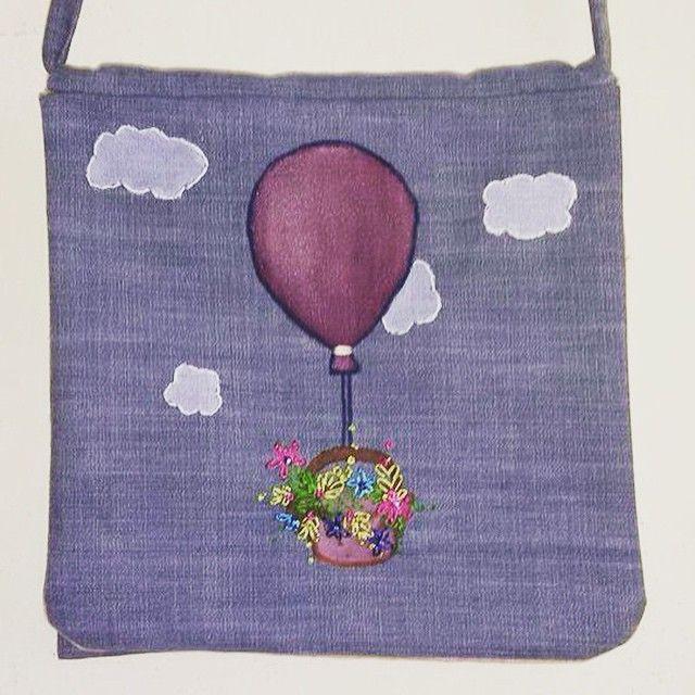 #mulpix Annemin Anneler Günü hediyesi :) Kot kumaş üzerine nakış işlemeli kapaklı çanta  #bag  #handbag  #çanta  #elyapımıçanta  #mothersday  #mom  #annelergunu  #gift   #hediye  #kumaşboyama  #keten  #ketencanta  #nakış  #sewing  #dikiş  #balloon
