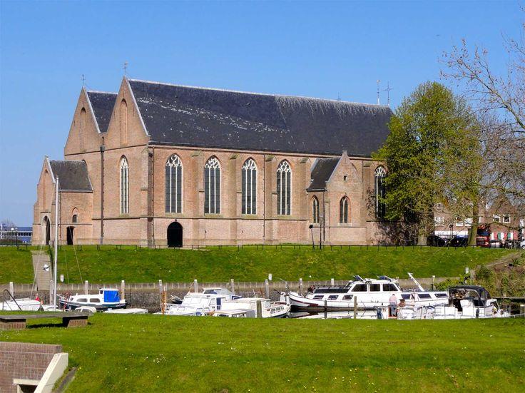 Op slechts 10 kilometer afstand van Weerribben-Wieden vindt u het vissersstadje Vollenhove dat ooit bekend stond als 'stad der paleizen'. Maak een wandeling door het centrum en bezichtig de historische gebouwen en andere schitterende plekjes. http://www.heerlijkehuisjes.nl/nl/vakantiehuizen-weerribben-wieden