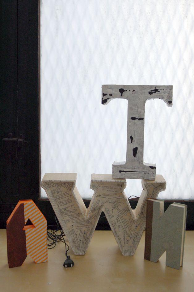 Letra decorativa pintada, realizada a mano con papel maché, decorada con pintura al agua o papel. Letra mayúscula o minúscula de cartón pintadas o decorada con papeles hechos para la ocasión.  Para decorar una celebración, o cualquier lugar perfectas para colgar ya que no pesan.  Piezas únicas. Personalizadas 100% de palomitas creativas