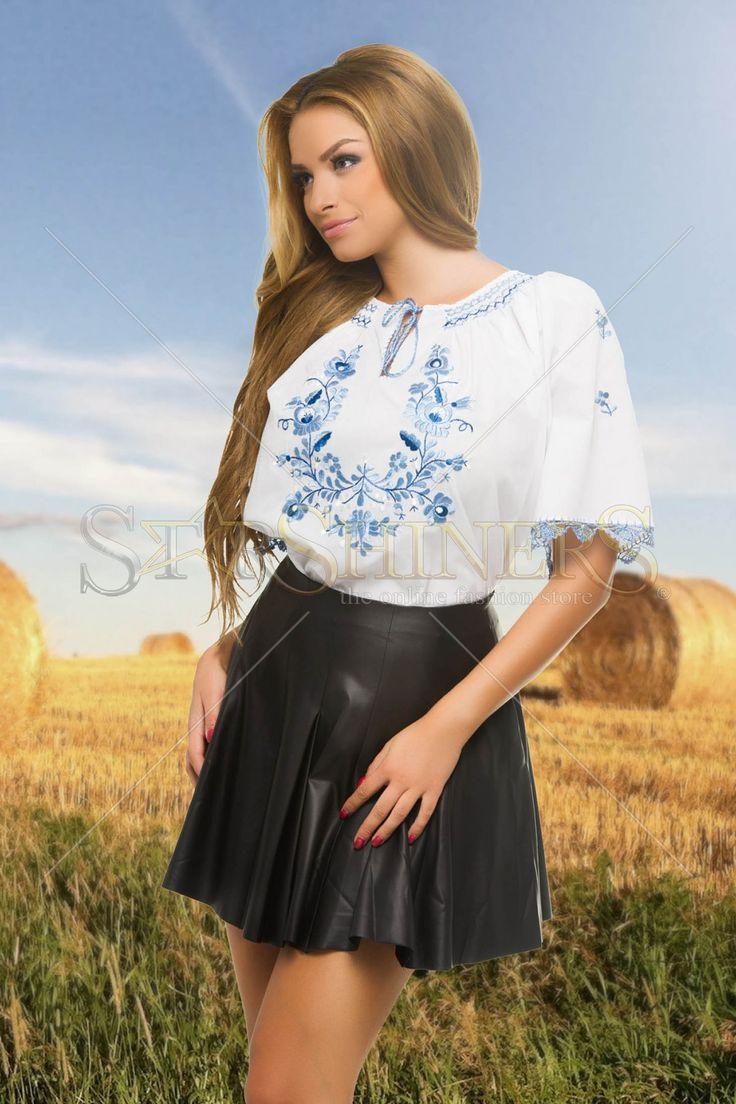 Ie Lovely Allure Blue. Ie traditionala din bumbac, cu un croi larg, material usor transparent, maneci scurte si motive etno. Alege din Colectia Ii 2015!