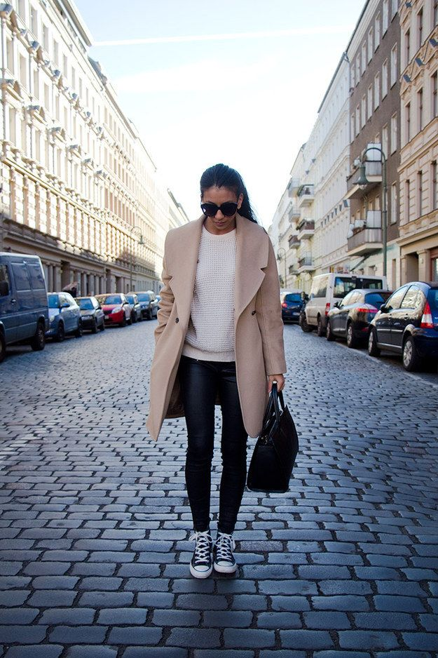 Invierte en tu abrigo y ya nada importa: | 16 Maneras de usar Converse para ir a trabajar