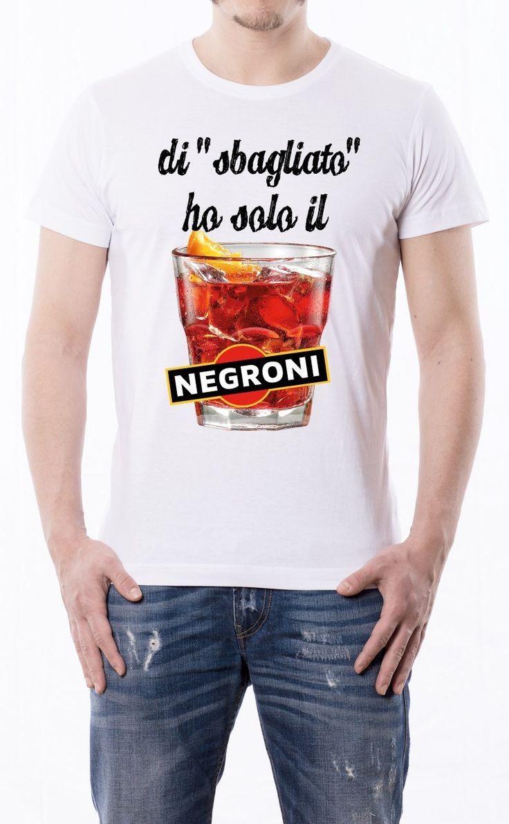 T-Shirt uomo con frase: Di sbagliato ho solo il negroni Maglietta bianca con stampa digitale diretta, grafica stampa in quadricromia.