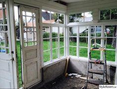 """Tänkte skriva detta inlägg och enkelt beskriva hur vi byggde vårt orangeri i sommar. Tanken från början var att bygga billigt. Restaurera gamla fönster och dörrar från Blocket etc. Så här i efterhand … """"allt blir lite dyrare än vad man tänkt sig"""". . Började i alla fall sommaren med att handla in ..."""
