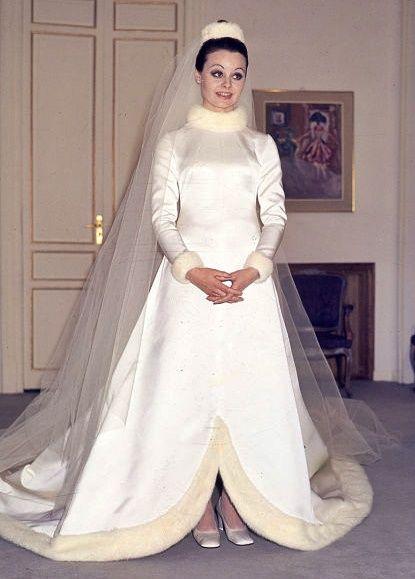 rocio durcal con su precioso vestido de novia , de herrera y ollero