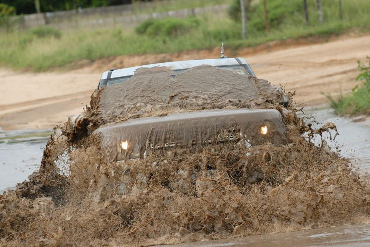 Photography - monster emerging from the mud ... Land Rover Discovery in Mozambique