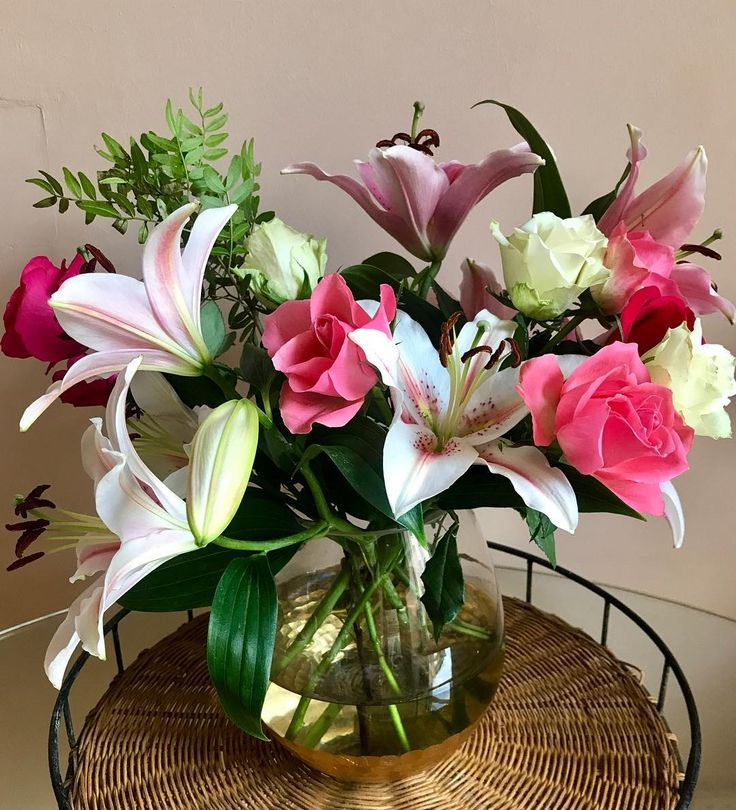 Another lovely flat warming gift  . . . . . . #flowers #roses #lilies #bouquet #flowerstagram #summer #rose #lily #pink