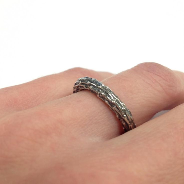 Twijgjes ring; gepatineerd zilver met de structuur van een takje - Twig ring: patinated silver with the structure of a wooden twig. #sieraden #ring #zilver #hout #herfst #houtensieraden #twig #silver #jewelry #woodjewelry #corinarietveld