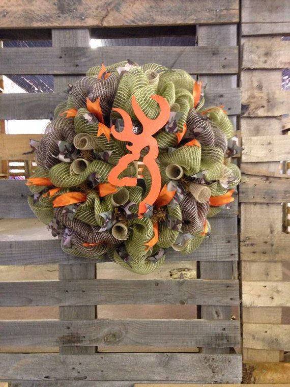 This 26 camouflage wreath is a green, brown, and tan burlap deco mesh with accents of blaze orange and camouflage ribbon. The Browning