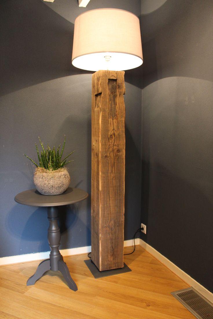 houten vloerlampen gemaakt van oude boerderij gebinten met verzwaarde voet. Zeer fraai doorleefd hout voor een robuuste uitstraling. www.purplegoldfish.nl