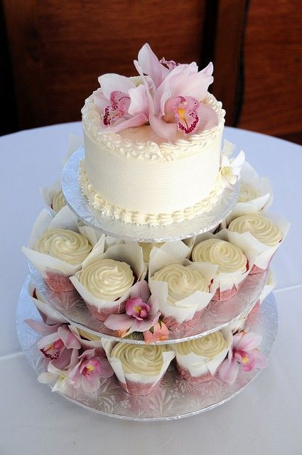 """""""Louisville Wedding Blog - The Local Louisville KY wedding resource: Tower of Wedding Cupcakes"""" w/something other than the parchment"""