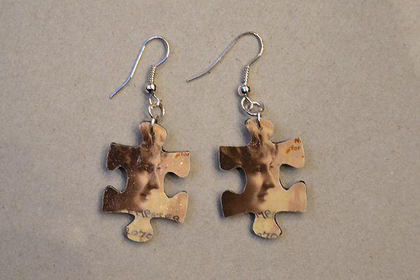 Earrings made of jigsaw puzzle pieces. http://www.minka.fi/palapelikorvakorut-palapelikorvakorut-ilman-helmia-c-36_38_77.html