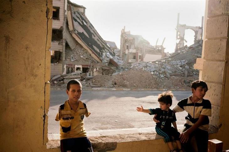 as melhores fotos de 2016 da national geographic Uma família de refugiados vive entre os escombros em Ramadi, uma cidade do Iraque destruída pelo Estado Islâmico.