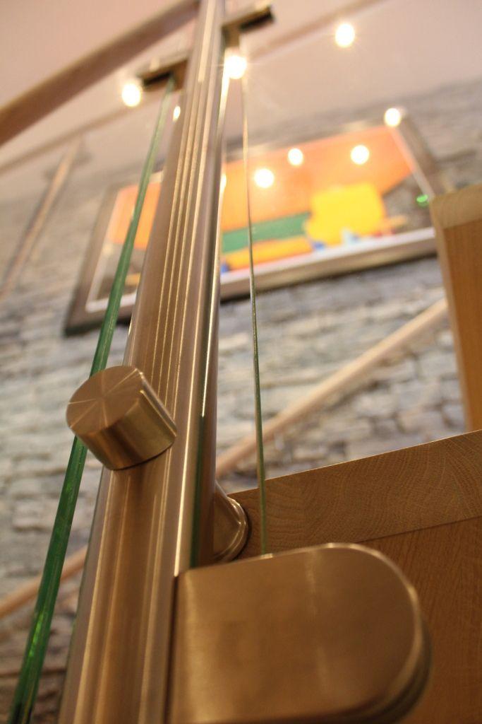 Detalj glassrekkverk kurvet sentervangetrapp | detail glass railing curved center string stair