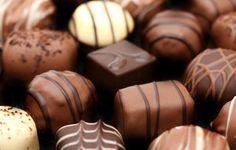 Cómo hacer bombones de chocolate con licor. ¿Te chifla el chocolate? Si no puedes resistirte a la delicia de un dulce bombón, en unComo te vamos a proponer una receta la mar de sencilla con la que conseguirás sorprender a los tuyos y obsequiarl...