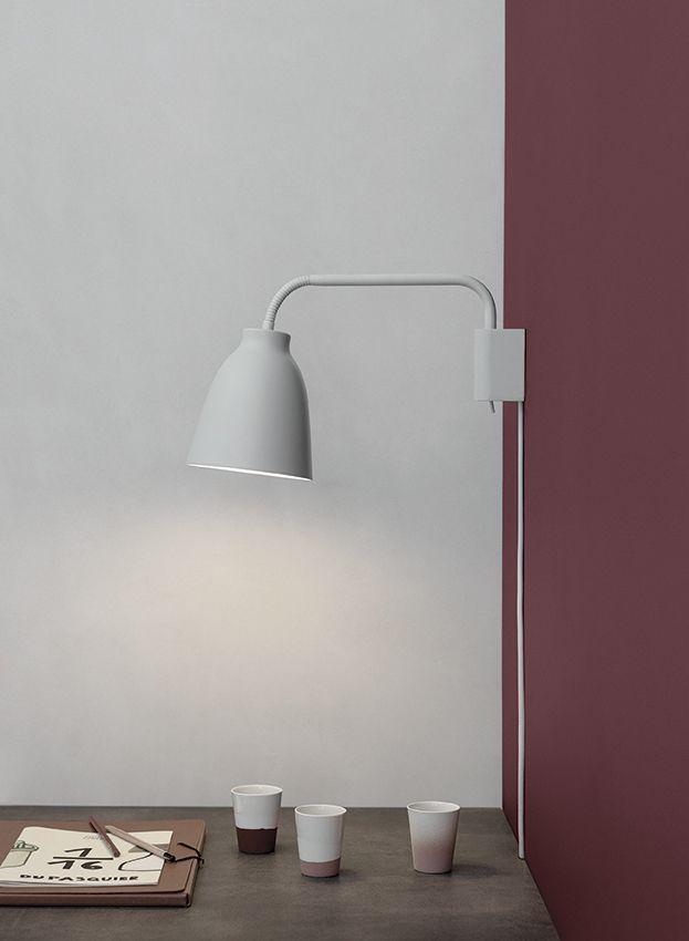 Caravaggio vegglampe fra Lightyears. Designet av Cecilie Manz i 2013.   Den klassiske skjerm er montert på et fleksibelt rør som gjør det mulig å vippe skjermen og således styre lyset. Lampen kan også roteres 180 grader, noe som gjør den egnet for alle rom, for eksempel. stue, kjøkken eller soverom. Bryteren er plassert diskret ved bunnen av veggbraketten.