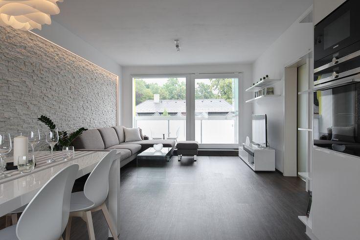Propojením dvou místností vznikl velkorysý obytný prostor s kuchyní a jídelním koutem, kde majitelé tráví nejvíce času - ProŽeny.cz