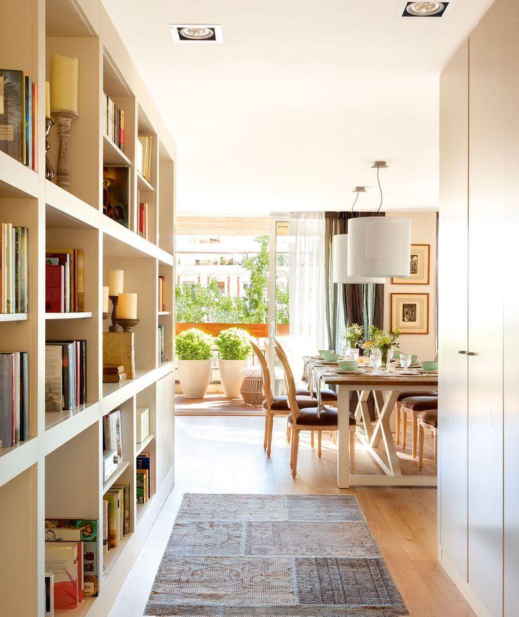 gran librera a medida en el pasillo de acceso al saln comedor