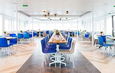 """Die MS """"Princess"""" überzeugt mit ihrem modernen minimalistischen Konzept auf dem Wasser #MSPrincess #Schiff #Wasser #schwimmendeLocation #Partyschiff #Eventlocation"""