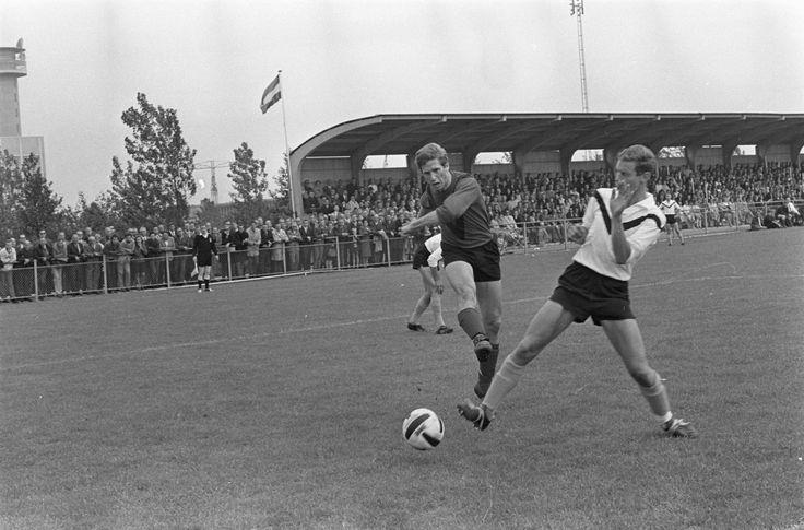 Prachtige wedstrijdfoto uit de wedstrijd tussen AFC en Sneek (3-2): Aanval van AFC. Gespeeld op 4 juni 1967.