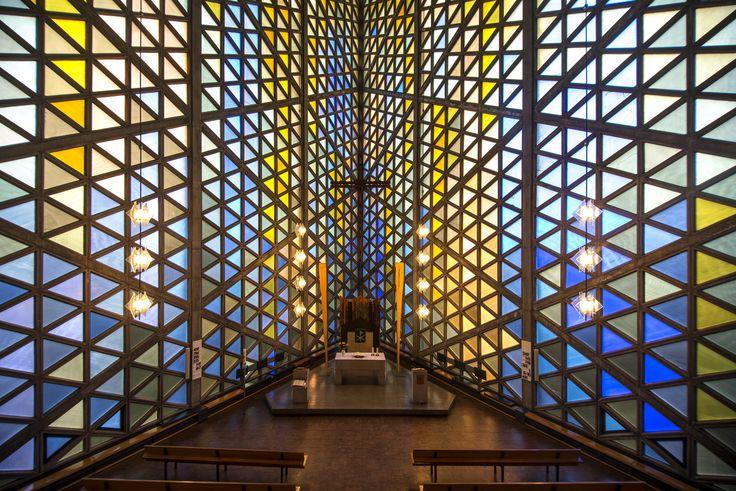 #Kiel Mit ihrer prägnantenForm kann die Universitätskirche durchaus als Kunstwerk durchgehen. Das Dreieck als Grundform taucht in vielfältiger Weise auf, im Grundriss ebenso wie in den farbigen Glasfen...