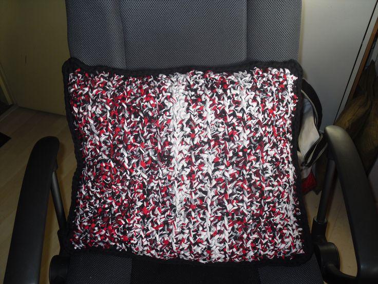 Kussen voor de slaapkamer van mijn zoon. Stoere kleuren, hoooked met kleurverloop rood, wit en zwart